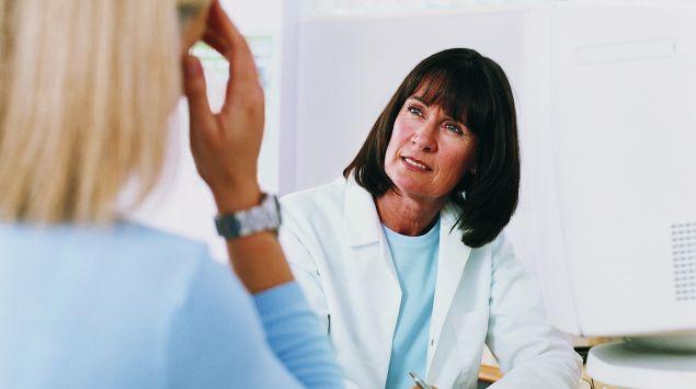 Man sieht eine Frau beim Arzt.