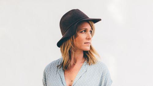 Das Bild zeigt eine Frau mit einem Hut.