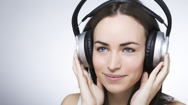 Das Bild zeigt eine Frau mit Kopfhörern.