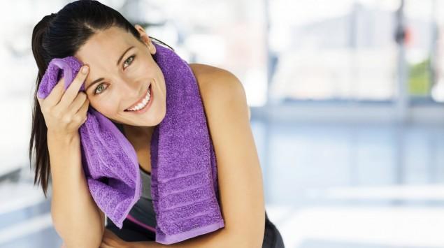 Man sieht eine lachende Frau nach dem Sport.