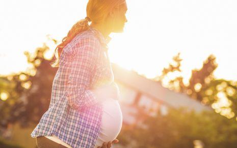Kreislaufprobleme in der Schwangerschaft sind keine Seltenheit. Der Grund: Durch die Hormonumstellung weiten sich die Blutgefäße, sodass bei eingien Schwangeren der Blutdruck abfällt.