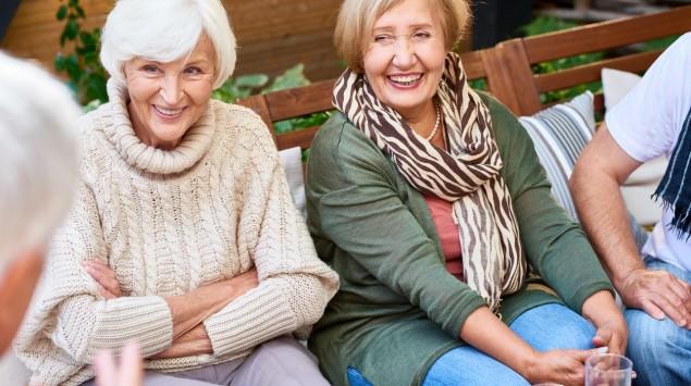 Ein paar Frauen sitzen freundschaftlich zusammen.