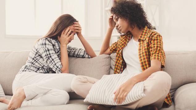 Zwei Freundinnen führen ein ernstes Gespräch