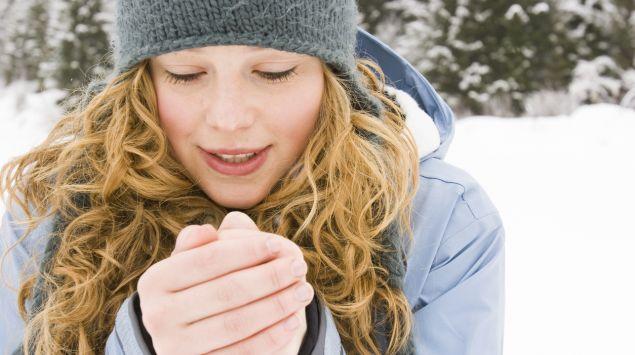 Eine Frau wärmt sich die Hände
