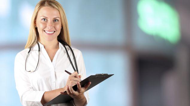 Eine lächelnde Ärztin.