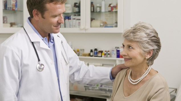 Eine ältere Frau beim Arzt.