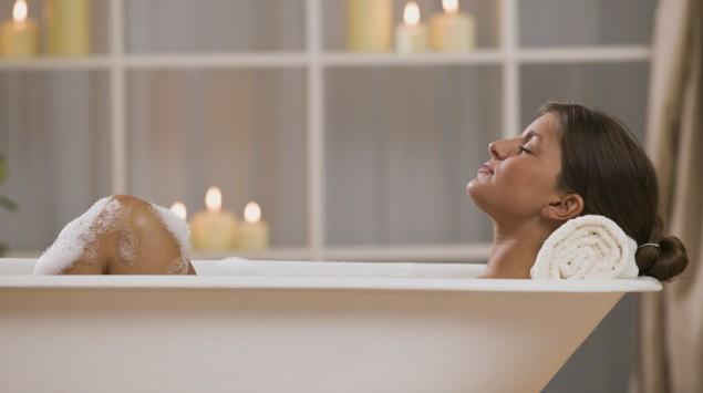 Eine Frau nimmt ein Entspannungsbad.