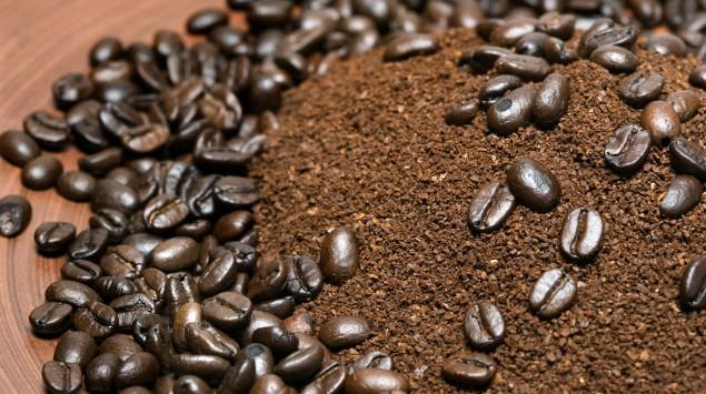 Kaffeebohnen und Kaffeepulver.