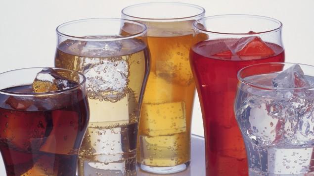 Mehrere kohlensäurehaltige Getränke mit Eiswürfeln..