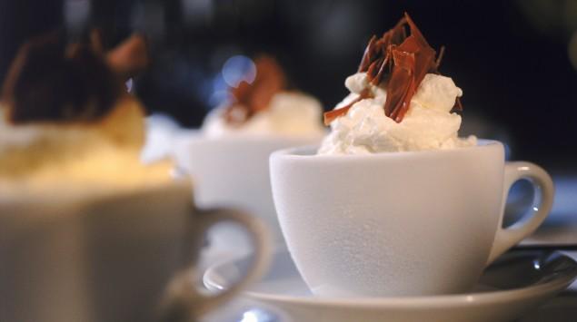 Ein Kakao mit Sahnehaube und Schokoladenstreuseln.