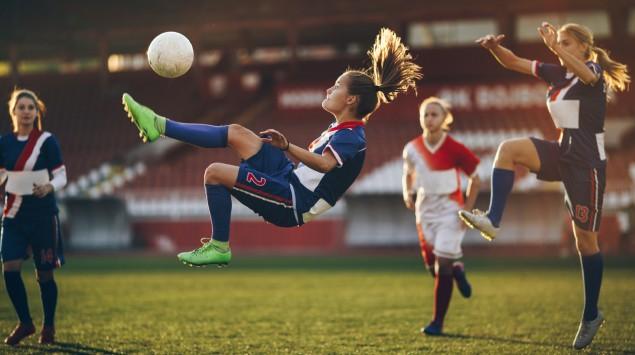 Frauen spielen Fußball.