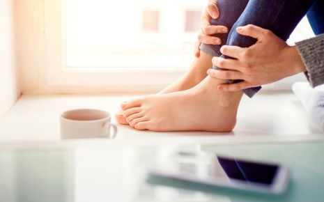 Sensibilitätsstörungen: Man sieht die Beine einer Frau, die auf einer Fensterbank sitzt.