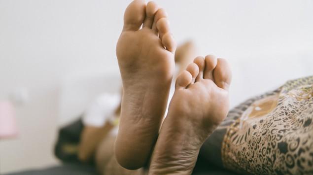 Nackte Füße von unten