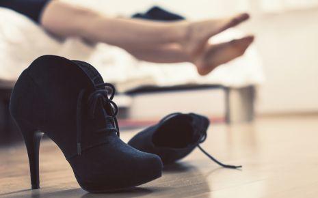 Fußpflege: Man sieht einen Fuß in einem hochhackigen Schuh.