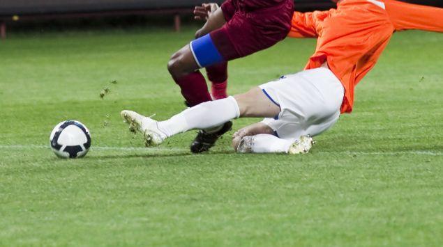Das Bild zeigt einen harten Zweikampf beim Fußball.