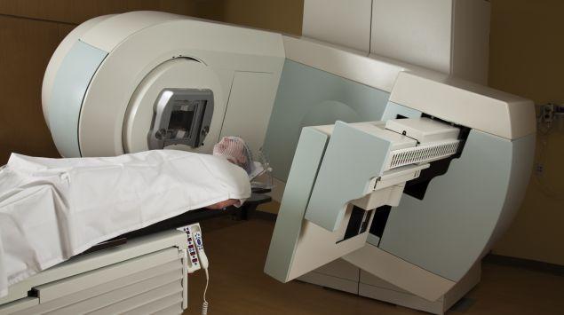 Das Bild zeigt einen Patienten bei der Szintigraphie.