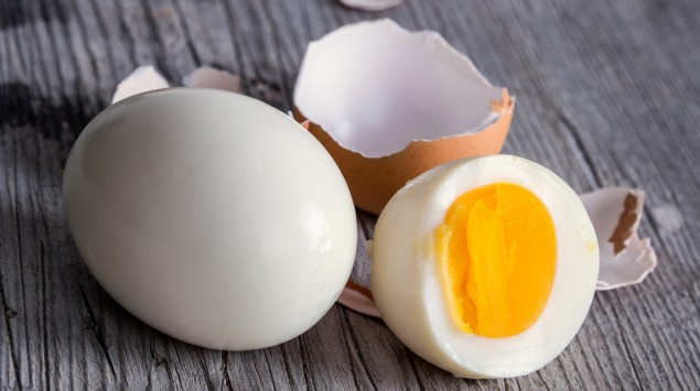 Man sieht gekochte Eier.