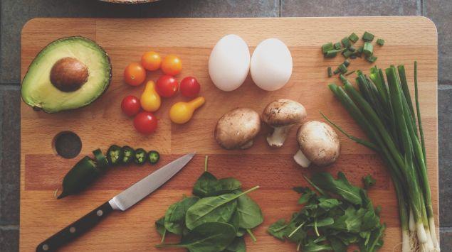 Das Bild zeigt verschiedene Gemüsesorten auf einem Brettchen.