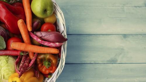 Das Bild zeigt einen Korb mit etwas Obst und Gemüse.