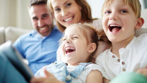 Das Bild zeigt eine glückliche junge Familie
