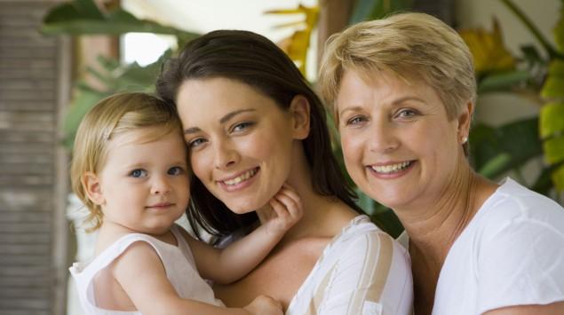 Man sieht eine Frau mit ihrer Tochter und ihrer Mutter.