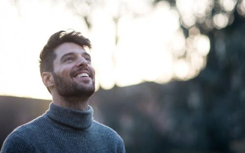 Ein Mann lacht glücklich.