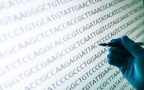 Mukoviszidose: Eine Hand deutet auf eine Stelle in einer Gensequenz.