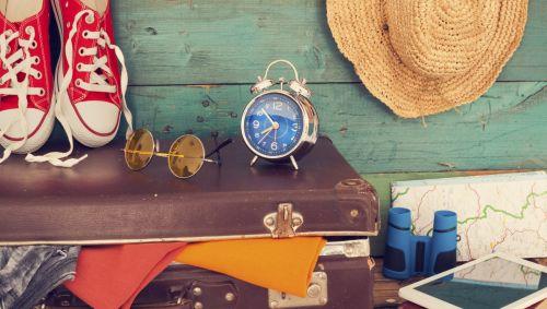 Ein gefüllter Koffer mit Dingen für die Reise.