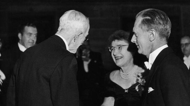 Das Bild zeigt Gerty und Carl Cori mit King Gustaf V von Sweden.
