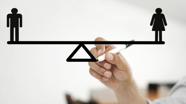 Hand zeichnet eine Wiegebalken mit Mann und Frau