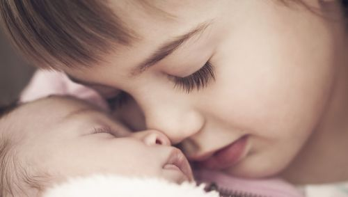 Mädchen mit Baby