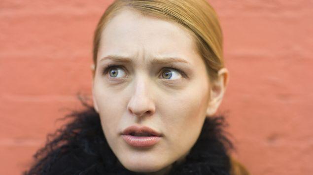 Das Bild zeigt eine junge Frau, die ein ungläubiges Gesicht macht.