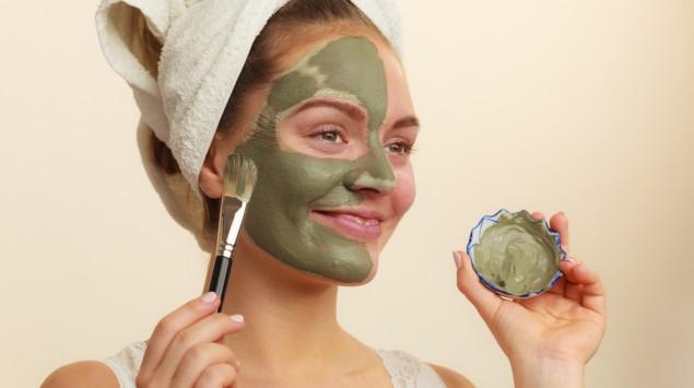 Eine Frau hat sich eine Gesichtsmaske aufgetragen.
