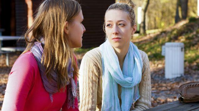 Das Bild zeigt zwei junge Frauen, die sich unterhalten.