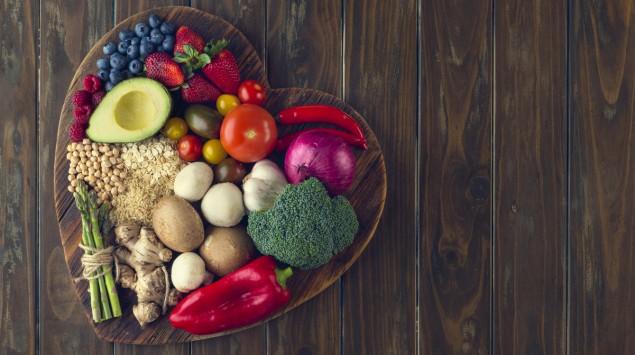 Man sieht ein Herz aus verschiedenen Gemüsesorten.