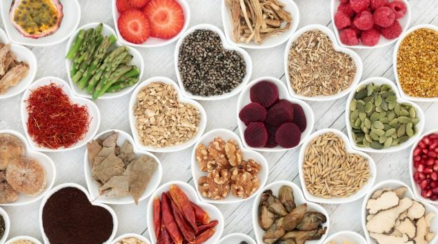 Gesunde Lebensmittel in herzförmigen Schalen.