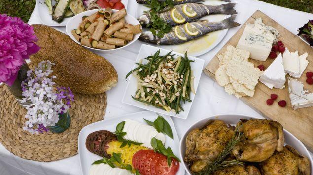 Ein Tisch mit gesunden Speisen.