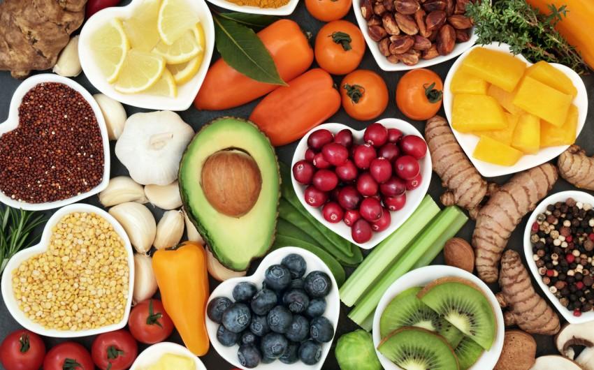 Immunsystem stärken: Man sieht einen roten Apfel, bei dem ein Herz aus der Schale herausgelöst ist.
