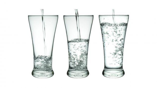 Drei ungleich volle Gläser.