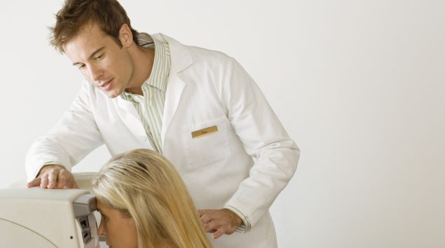 Das Bild zeigt eine Frau bei einer Augenuntersuchung.