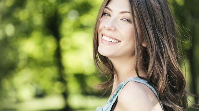 Man sieht eine glücklich lächelnde Frau.