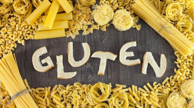 Gluten-Schriftzug aus Brotteilen, eingerahmt von Nudeln
