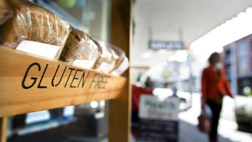 Man sieht ein Brotregal in einem Supermarkt mir dem Schriftzug gluten free.