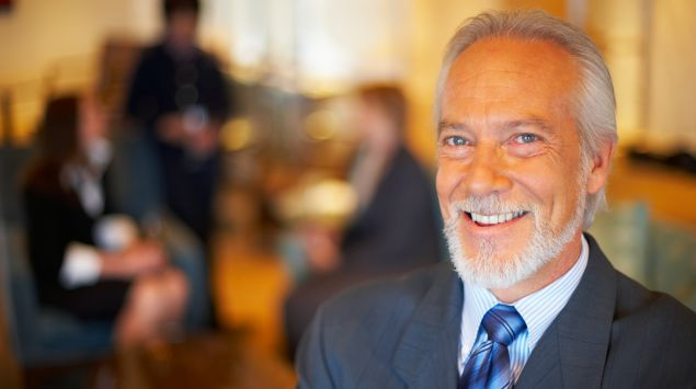 Das Bild zeigt einen Mann mit grauen Haaren.