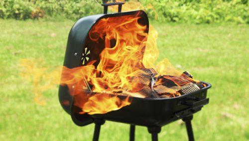 Flammen schlagen aus einem Grill.