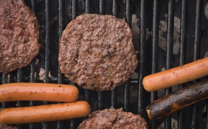 Gesund grillen: Fleisch und Wurst auf einem Grill.