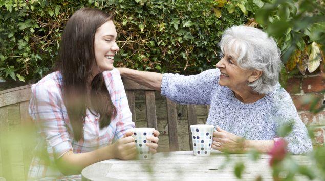 Großmutter und Enkelin trinken einen Kaffee.
