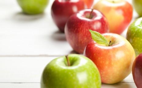 Fructoseintoleranz: Man sieht grüne und rote Äpfel.