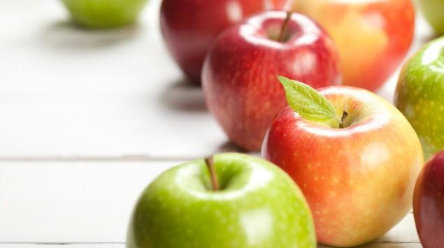 Man sieht grüne und rote Äpfel.