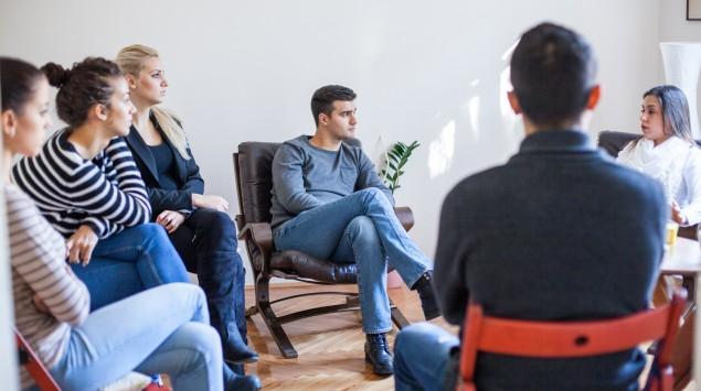 Gruppentherapie-Sitzung mit Psychotherapeutin
